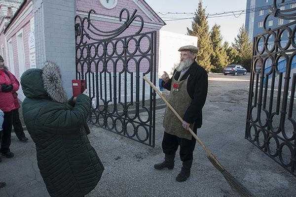 Дворник у дома купца Чернухина в Сызрани